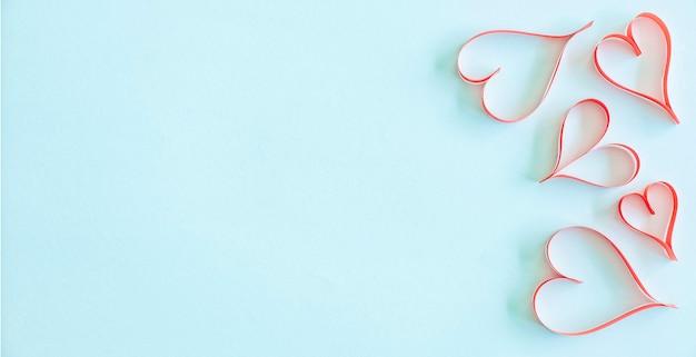 Pendure feito ouvidos de papel vermelho sobre fundo azul