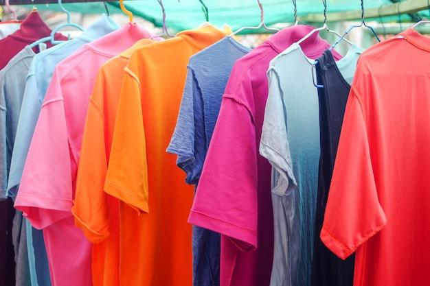 Pendure roupas secas ao sol.