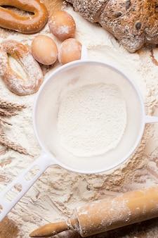 Peneira branca com farinha e pão