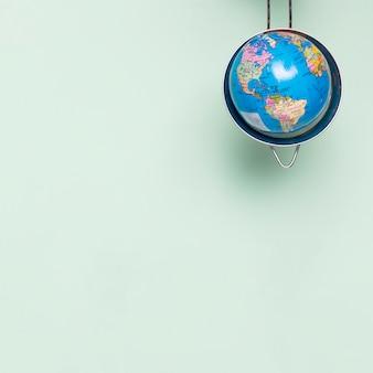 Peneira de cópia-espaço com globo