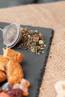 Peneira de metal com chá de ervas secas