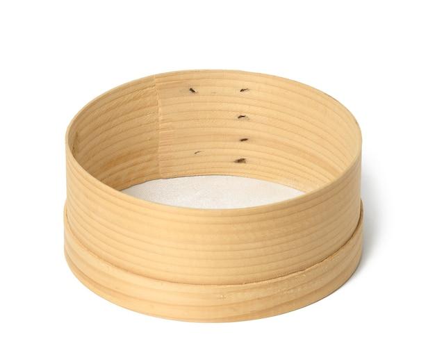 Peneira redonda de madeira para cozinha isolada no fundo branco, utensílios