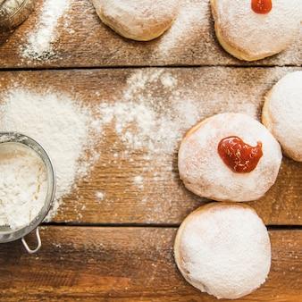 Peneire perto de donuts frescos