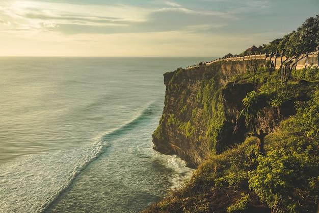 Penhasco, costa do oceano, caminho turístico.