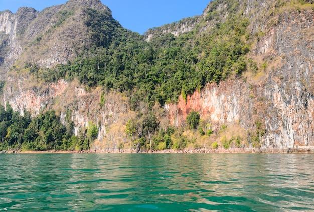 Penhasco da montanha de pedra calcária no parque nacional de khao sok na província de surat thani, tailândia
