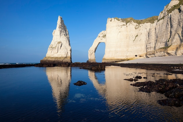 Penhasco de etretat aval, rochas e marco de arco natural e oceano azul. normandia, frança, europa.