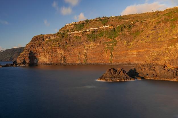 Penhasco de rochas vulcânicas de rojas, litoral de el sauzal, tenerife, ilhas canárias, espanha