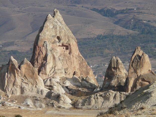 Penhasco formação rochosa chaminé tufo de fadas torre