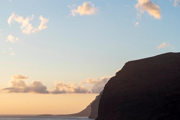 Penhasco littoral ao pôr do sol