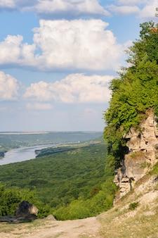 Penhasco perto do rio dniester, paisagem da moldávia