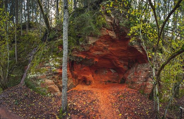 Penhasco vermelho com caverna perto de cesis, letônia. parque nacional de gauja.