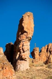 Penhascos ásperos de formações rochosas e pináculo na área remota