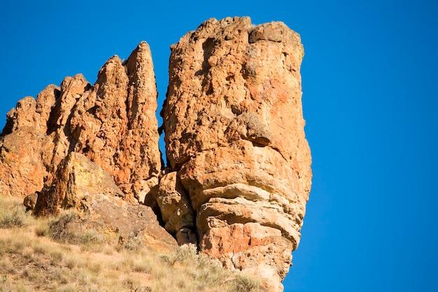 Penhascos ásperos de formações rochosas na área remota