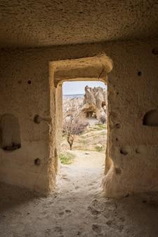 Penhascos bizarros no vale de goreme, na capadócia turquia, vista da porta da caverna