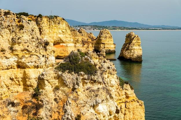 Penhascos costeiros na ponta da piedade em lagos - algarve, portugal