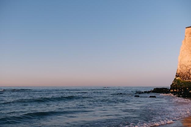 Penhascos de giz na praia da baía de botany em broadstairs na costa de kent, inglaterra, reino unido ao pôr do sol