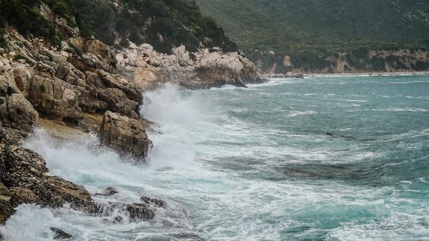 Penhascos de pedra pela água