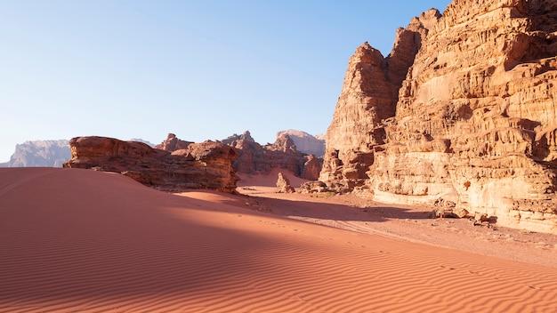 Penhascos e dunas no deserto de wadi rum, jordânia