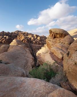Penhascos engraçados de calcário leve nas montanhas do deserto perto da cidade de wadi musa no parque nacional de petra, na jordânia