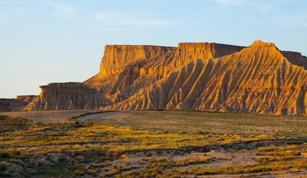 Penhascos na paisagem semi-deserta na manhã ensolarada. navarra, espanha