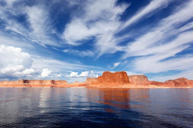 Penhascos vermelhos pitorescos refletidos nas águas calmas do lago powell