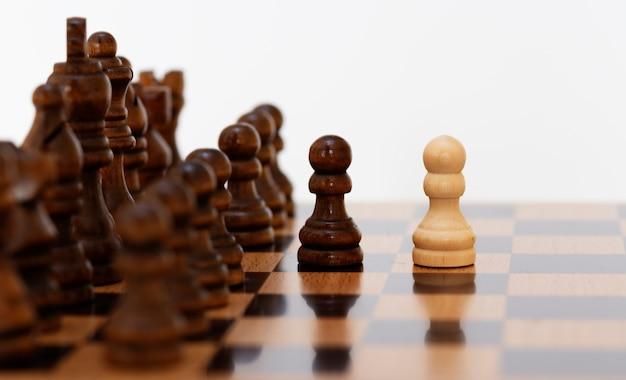 Penhores de xadrez brancos no tabuleiro de xadrez em preto e branco.