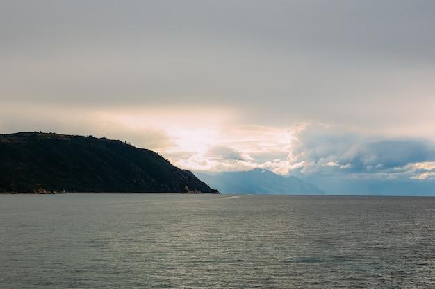 Península de athos, greece.view de uma balsa. mosteiros ortodoxos, montanhas