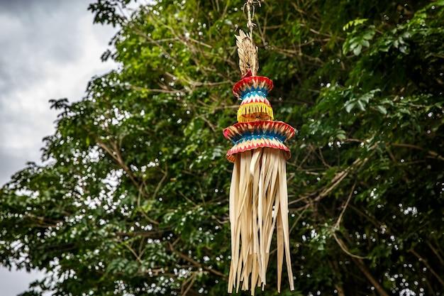 Penjor clássico balinês, um dos principais símbolos da ilha de bali, indonésia