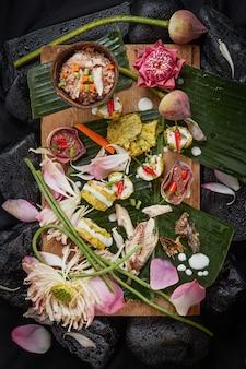 Pennata fritado da acácia, wattle de escalada e cavala fritada (alimento tailandês).