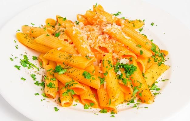 Penne de macarrão com molho de tomate