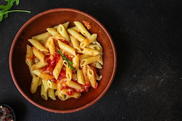 Penne de macarrão e molho de tomate
