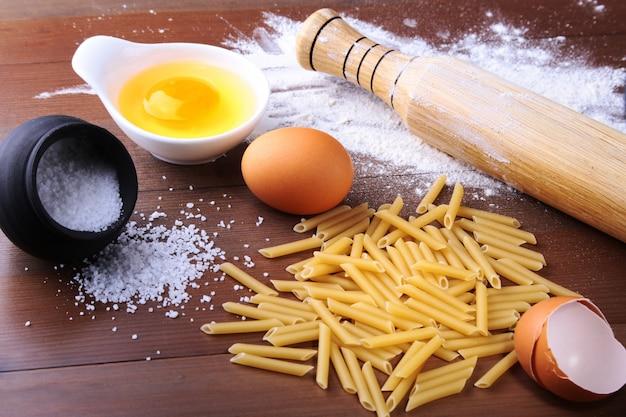 Penne macarrão à bolonhesa, espaguete pronto para cozinhar no fundo do ovo