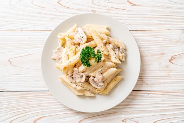 Penne pasta carbonara molho de creme com cogumelos, estilo de comida italiana