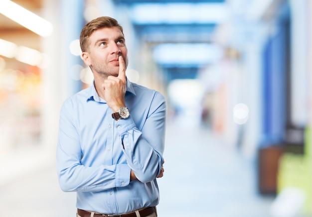 Pensamento do homem com um dedo em sua boca