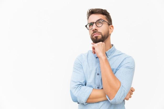 Pensamento pensativo do cliente sobre a oferta especial