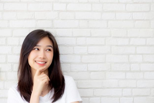 Pensamento seguro da mulher asiática bonita do retrato