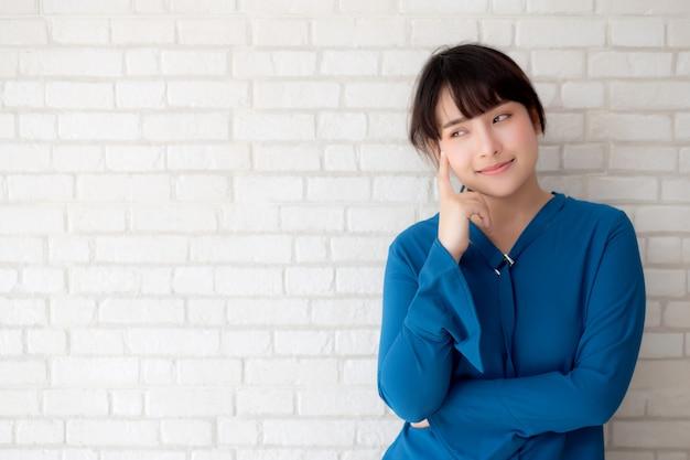 Pensamento seguro da mulher asiática nova bonita do retrato