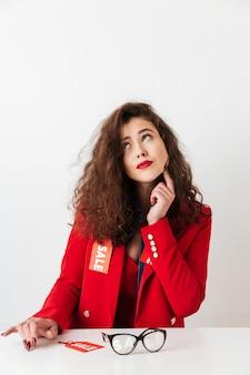 Pensando em mulher moderna vestindo roupas com sinais de venda