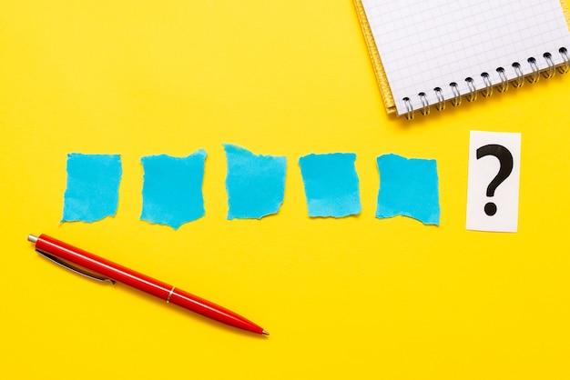 Pensando em novas ideias brilhantes, inspiração para renovar a criatividade, nova oportunidade, ambiente de trabalho