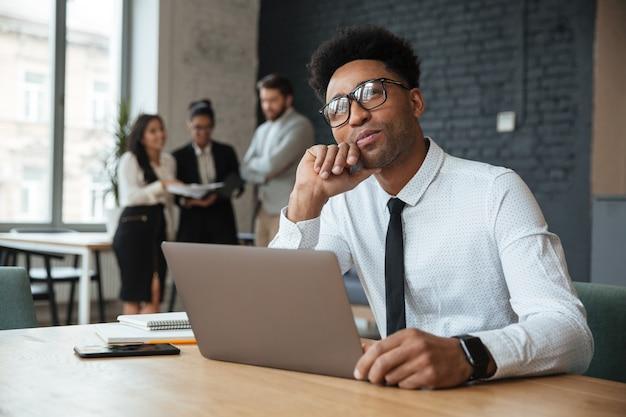 Pensando jovem empresário africano