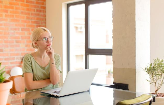Pensando, mulher sentindo-se duvidosa e confusa, com opções diferentes, imaginando qual decisão tomar