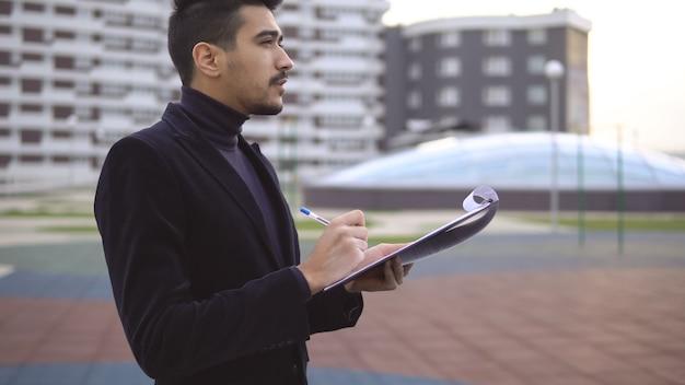 Pensando no próximo conceito de grande ideia. jovem empresário pensando em novas ideias de produtos com caneta e pasta de papel, copyspace