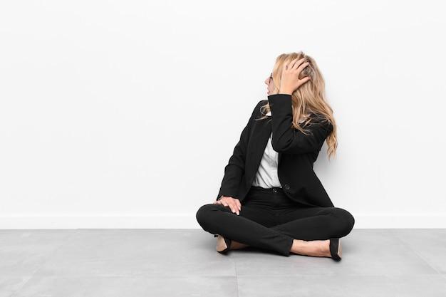 Pensando ou duvidando, coçando a cabeça, sentindo-se confuso e confuso, vista traseira ou traseira