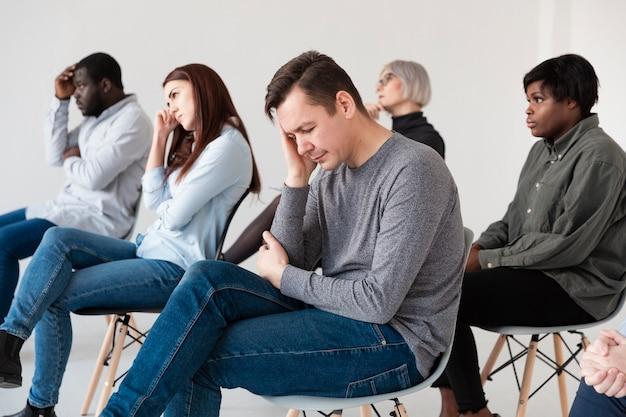 Pensando pacientes sentados em uma clínica de reabilitação