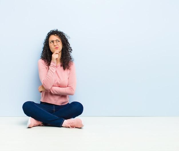 Pensando, sentindo-se duvidoso e confuso, com opções diferentes, imaginando qual decisão tomar