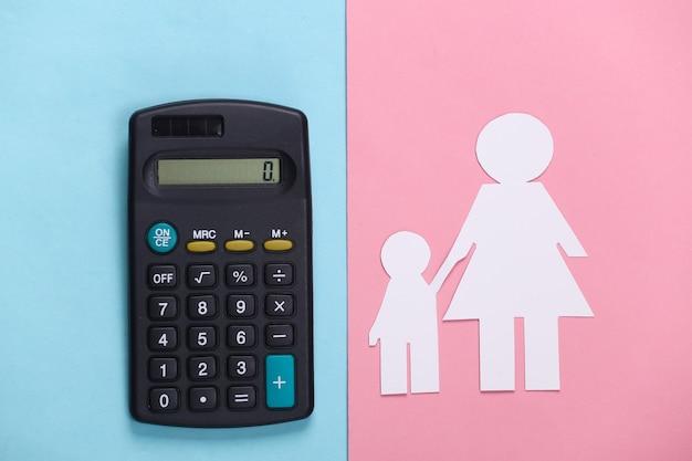 Pensão alimentícia. família inferior. mãe e filho de papel com uma calculadora em azul rosa
