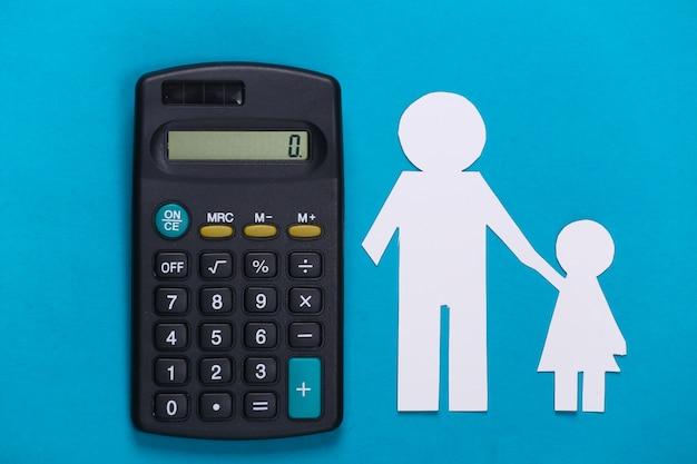 Pensão alimentícia. família inferior. pai e filha de papel com uma calculadora em azul