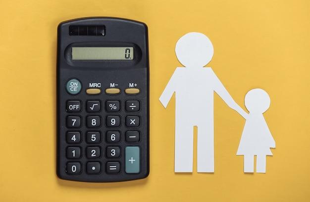 Pensão alimentícia. família inferior. pai e filha de papel com uma calculadora em um amarelo