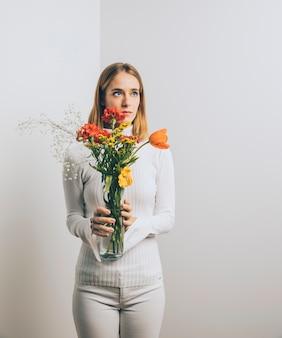 Pensativo, mulher, com, flores, em, vaso