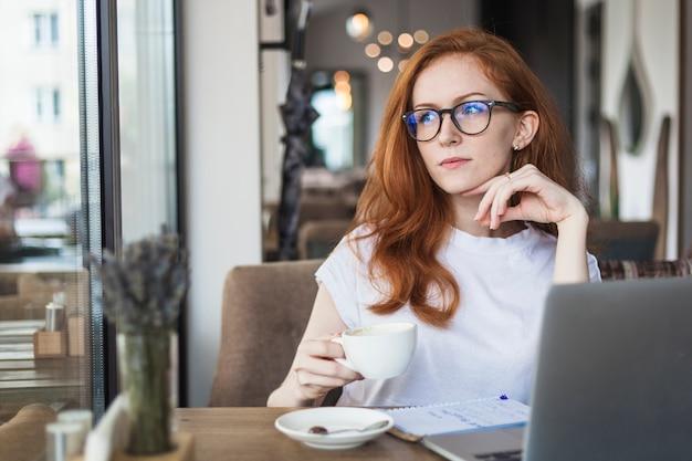 Pensativo, mulher, com, xícara café